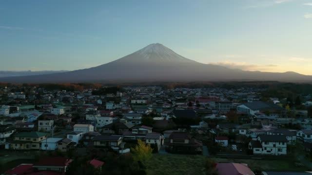 vídeos y material grabado en eventos de stock de vista aérea de vídeo 4k por dron del monte fuji y ciudad en el lago kawaguchi, japón. - escena no urbana