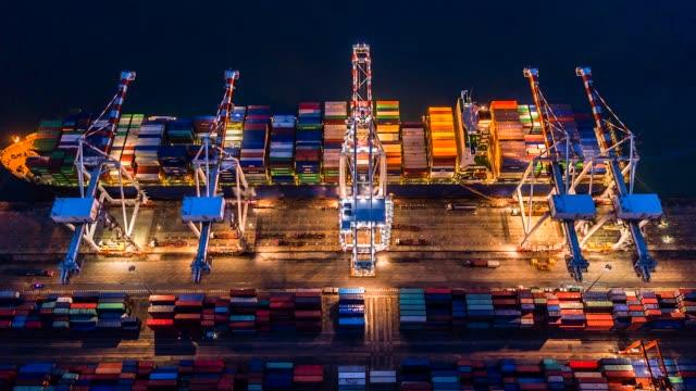 vídeos de stock, filmes e b-roll de vista aérea, 4k. tempo porto industrial de lapso com porto do recipiente onde é uma parte do transporte - porto distrito