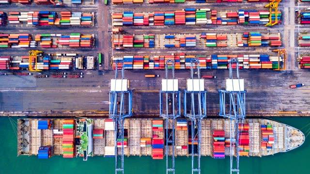 luftaufnahme, 4k. time lapse industriehafen mit container-hafen wo befindet sich ein teil der schifffahrt - container stock-videos und b-roll-filmmaterial