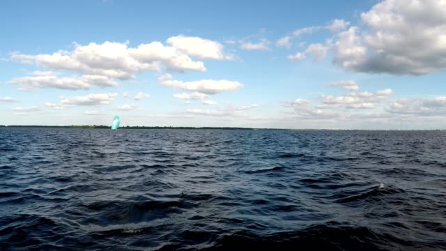 luftbild ein klassisches aussehende segeln boot reisen auf das wasser. bootfahren auf einer yacht zu verbringen einen tag der neuheit und abenteuer - süßwasser stock-videos und b-roll-filmmaterial