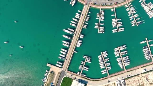vídeos y material grabado en eventos de stock de vista aérea sobre suko'an marina plaza, croacia. - anclado