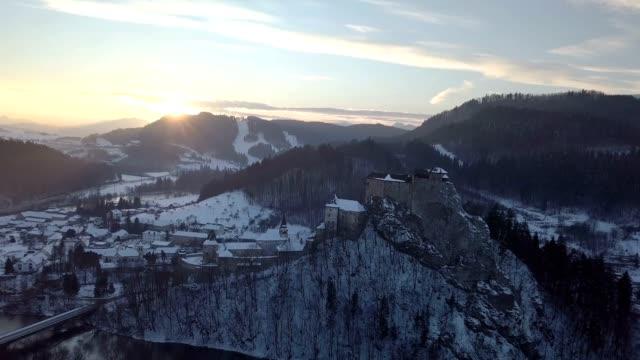 luftaufnahme über orava burg im sonnenuntergang winterabend, slowakei - slowakei stock-videos und b-roll-filmmaterial
