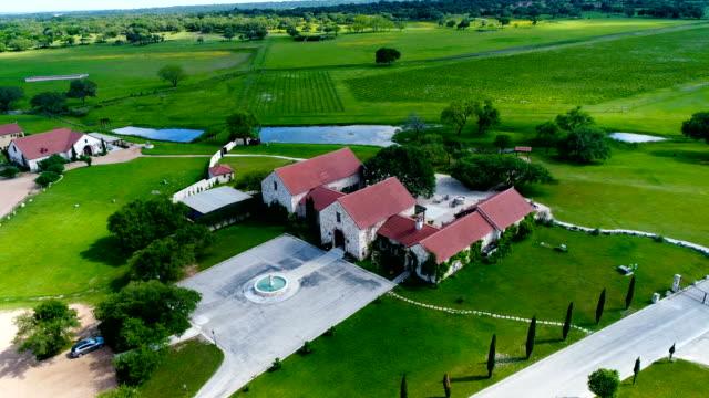 luftaufnahme über ranch homes auf weinberg mit weinfeldern im hintergrund - ranch stock-videos und b-roll-filmmaterial