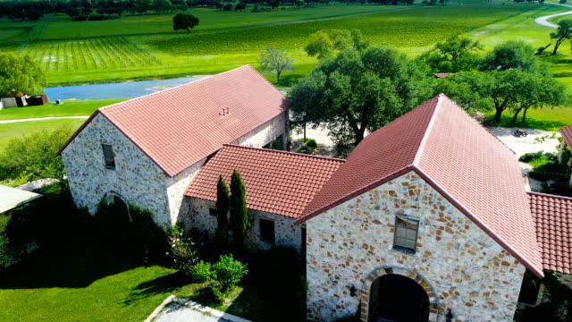 flyg utsikt över ranch homes med vin fält i bakgrunden - roof farm bildbanksvideor och videomaterial från bakom kulisserna