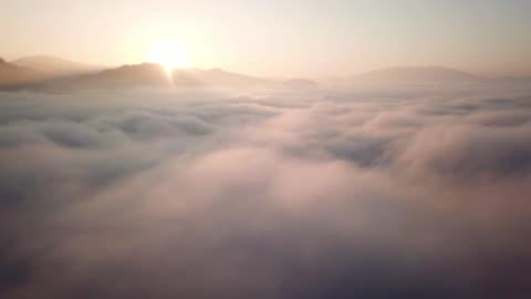 vidéos et rushes de vue aérienne au-dessus des nuages et ciel dans la durée de l'aube, notion d'inspiration - en haut