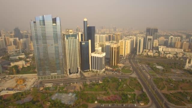 havadan görünüm. abu dabi şehir manzarası. 4k - cumhuriyet günü stok videoları ve detay görüntü çekimi