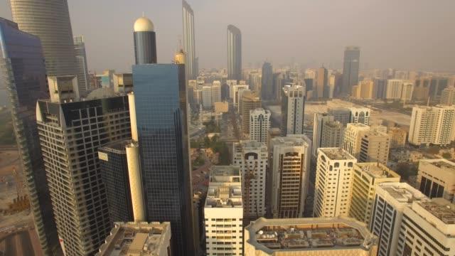 havadan görünüm. abu dabi şehir manzarası. 4k - abu dhabi stok videoları ve detay görüntü çekimi