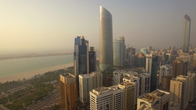 havadan görünüm. abu dabi şehir manzarası ve corniche plajı. 4k - abu dhabi stok videoları ve detay görüntü çekimi