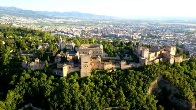 luftaufnahme. alhambra-palast an einem schönen sonnigen abend. granada, spanien. - spanien stock-videos und b-roll-filmmaterial