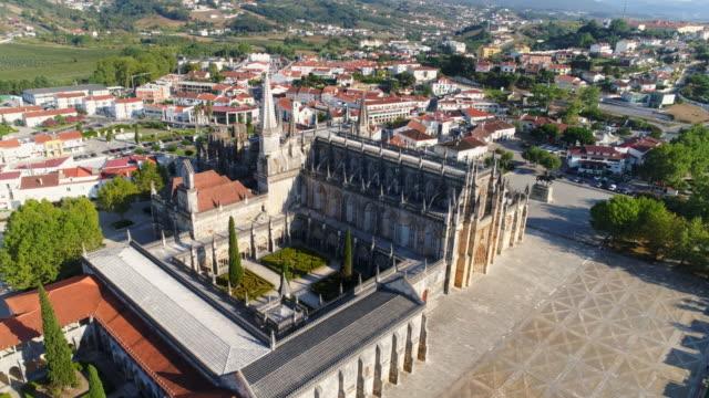 stockvideo's en b-roll-footage met luchtfoto oude abdij in batalha stad - klooster