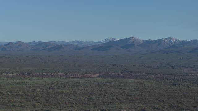 迷信山、アメリカのアリゾナ砂漠空撮 - オコティロサボテン点の映像素材/bロール