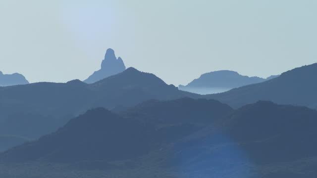 vidéos et rushes de vue aérienne désert de l'arizona avec superstition mountains, é.-u. - paysage extrême