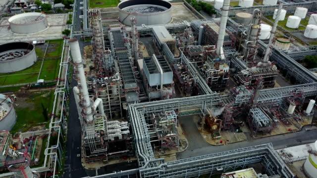 stockvideo's en b-roll-footage met luchtfoto van het 4k rond olietanks in een raffinaderij - chemische fabriek