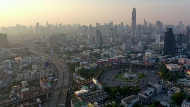 日出時在泰國曼谷中央勝利紀念碑的鳥瞰圖 - 亞洲中部 個影片檔及 b 捲影像