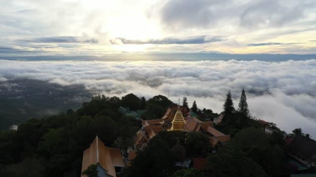 wat phra bu doi suthep tapınağında havadan görünümü chiangmai, tayland sunrise ile bulutlar üzerinde. - i̇badet yeri stok videoları ve detay görüntü çekimi