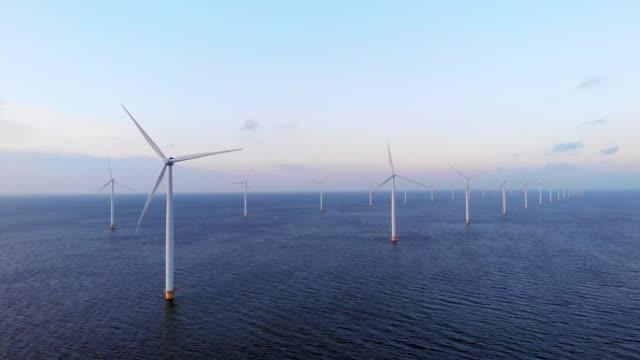 flygvy på windmill park under solnedgången i nederländerna, grön energi vindkraftverk turbiner - vindsnurra jordbruksbyggnad bildbanksvideor och videomaterial från bakom kulisserna