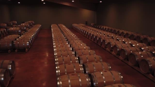공중 보기 배럴 와인 저장 고, 보르도 포도 원, 프랑스에서 - 와인병 스톡 비디오 및 b-롤 화면
