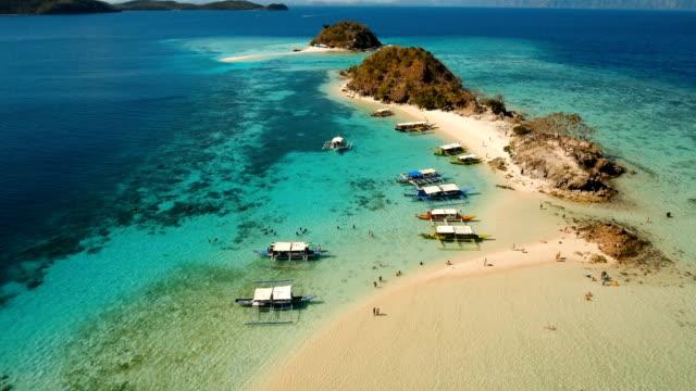 vista aerea bellissima spiaggia su un'isola tropicale di bulog dos. filippine - filippino video stock e b–roll