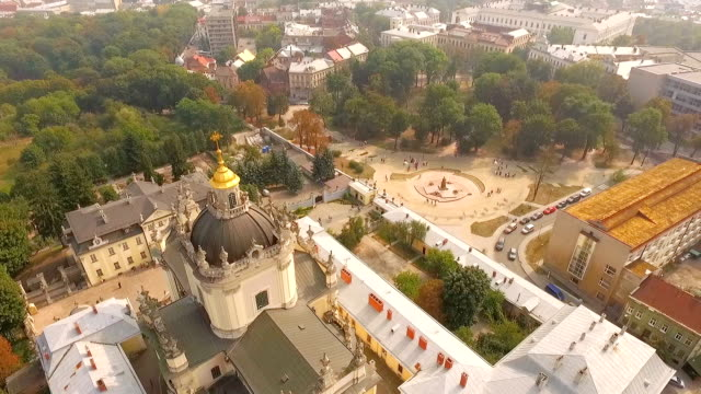 Aerial view . Beautiful view of the city and the magnificent Catholic temple from a bird's-eye view. Ukraine Flying over Cathedral of St. Jura (St. George's) - the main Greek Catholic Cathedral of Lviv, the main shrine of the Ukrainian Greek Catholic Church, Ukraine. 天の川 stock videos & royalty-free footage