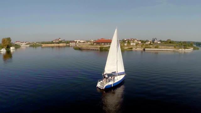 luftaufnahme, wunderschöne yacht segeln sie auf den fluss, crew auf deck - teurer lebensstil stock-videos und b-roll-filmmaterial
