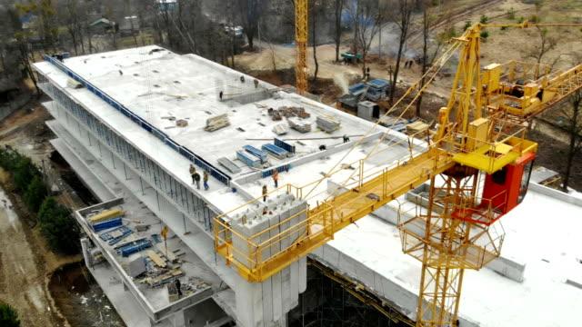 vídeos y material grabado en eventos de stock de vista aérea grúa de construcción grande, de cerca. grúa de construcción en un fondo de edificio, de cerca. - propiedad inmobiliaria