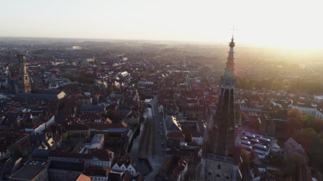 vídeos de stock, filmes e b-roll de vista aérea bruges ao nascer do sol - sol nascente horizonte drone cidade