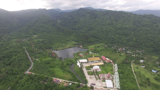vídeos de stock e filmes b-roll de aerial view building pink ganesh - barragem do roxo