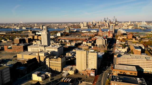 vídeos de stock e filmes b-roll de aerial view camden new jersey downtown city skyline plus philadelphia - frente ao mar