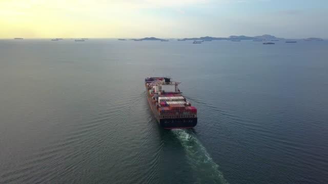 flygvy, last fartyg seglar till öppet hav. panorama kurvan sköt. - shipping sunset bildbanksvideor och videomaterial från bakom kulisserna