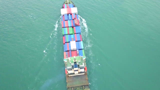 havadan görünümü konteyner gemisi veya kargo sevk singapur - güney kore stok videoları ve detay görüntü çekimi