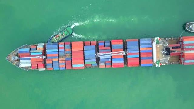 vidéos et rushes de vue aérienne de porte-conteneurs ou navire de charge - indonésie
