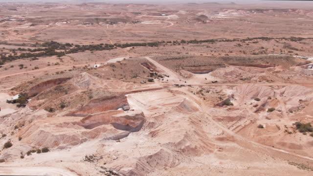 stockvideo's en b-roll-footage met aerial view coober pedy's suburbs, zuid-australië. - geologie