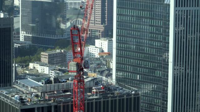 鳥圖: 吊車正在德國法蘭克福的辦公樓上工作 - 起重機 個影片檔及 b 捲影像