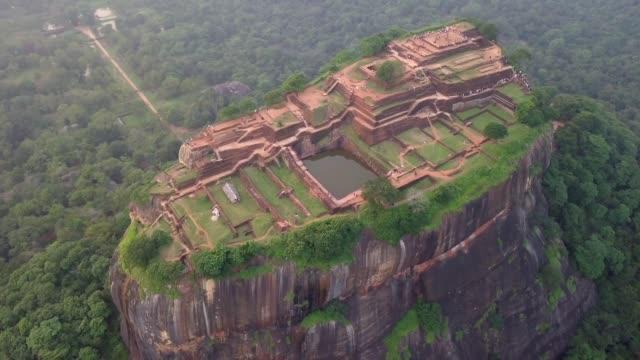 vídeos de stock e filmes b-roll de aerial view drone 4k footage of sigiriya rock sri lanka - sri lanka