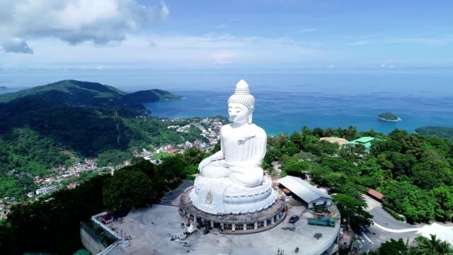 プーケットタイで最も高い山の美しいランドマークに白大理石大仏寺院の空中写真ドローンカメラビデオ - プーケット点の映像素材/bロール