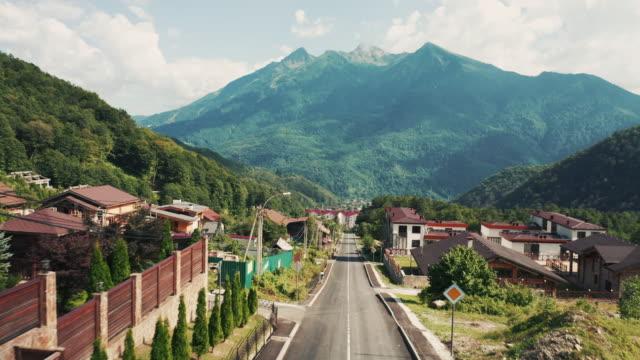 vista aerea; drone che sorvola le strade del villaggio di montagna - russia video stock e b–roll