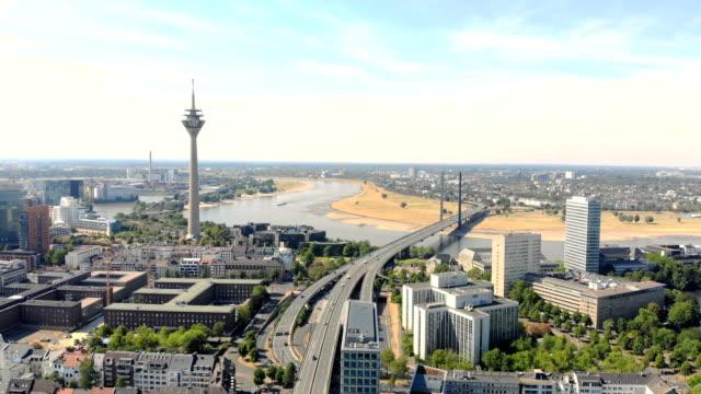 vídeos de stock, filmes e b-roll de vista aérea dusseldorf na alemanha. voo sobre a cidade - porto distrito