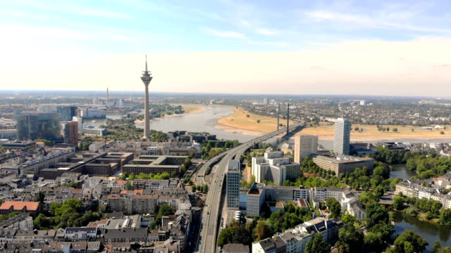 luftbild-düsseldorf. flug über die stadt - düsseldorf stock-videos und b-roll-filmmaterial