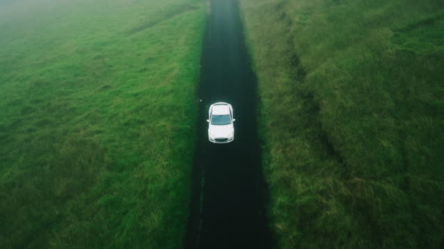 田舎道で空撮電気車 - 電気自動車点の映像素材/bロール