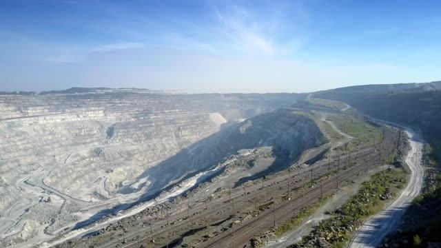 aerial visa tom järnväg på asbest grop med cascade hills - empty plate bildbanksvideor och videomaterial från bakom kulisserna