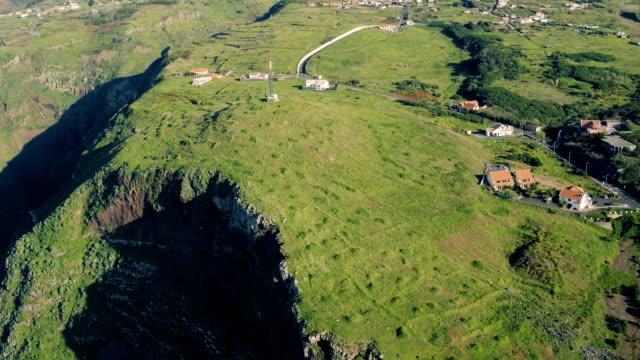 vídeos de stock e filmes b-roll de aerial view evergreen high cliff coastline - ilha da madeira