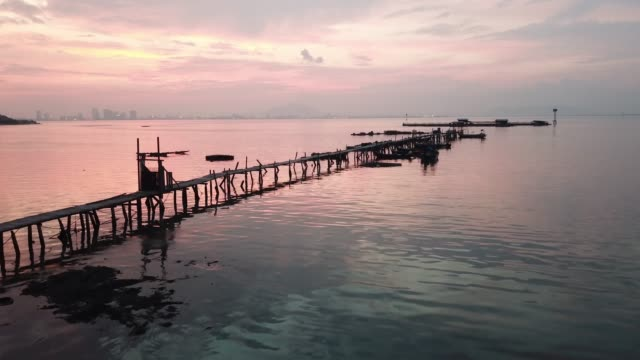 aerial view fisherman jetty at jelutong - длина стоковые видео и кадры b-roll