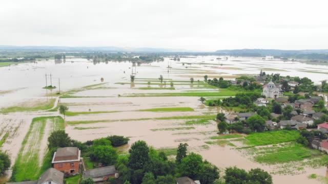 stockvideo's en b-roll-footage met luchtfoto overstromingen en overstroomde huizen. massa natuurrampen en vernietiging. een grote stad wordt overspoeld na overstromingen en regens. - alarm, home,