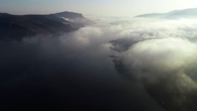 vidéos et rushes de vue aérienne, volant le long beau paysage de fjords, collines de montagne se levant de la surface de l'eau, paysage marin, sunrise-dawn, beauté dans la nature, destinations de voyage, aventure, voyage, exploration, soleil - lac reflection lake