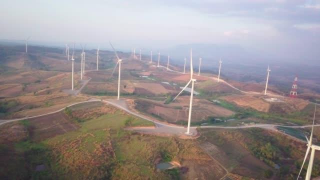 flygfoto flyger av surret av vindkraftverk - rådig bildbanksvideor och videomaterial från bakom kulisserna
