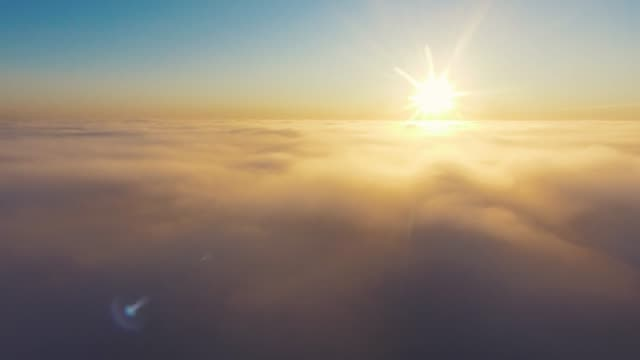 vídeos de stock e filmes b-roll de aerial view. flying in fog, fly in mist. aerial camera shot. flight above the clouds towards the sun. misty weather, view from above. - horizonte
