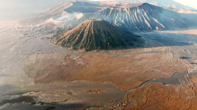 luftbild fliegen auf aktiven vulkan bromo tengger semeru nationalpark, ost-java, indonesien - vulkan stock-videos und b-roll-filmmaterial