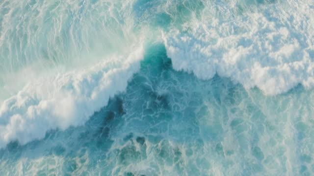 vídeos y material grabado en eventos de stock de vista aérea sobrevolando una ola ola oceánica que se rompe - marea