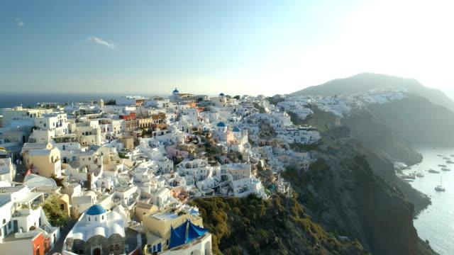 luftaufnahme über stadt oia auf santorin griechenland - griechenland stock-videos und b-roll-filmmaterial