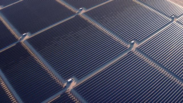 stockvideo's en b-roll-footage met luchtfoto vliegen over grote zonne-boerderij in woestijn maken schone hernieuwbare energie - reus fictief figuur